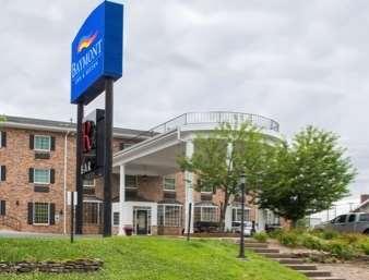 Pet Friendly Hotel Deville in Jefferson City, Missouri