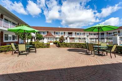 Pet Friendly Days Inn and Suites Roseville in Roseville, Michigan