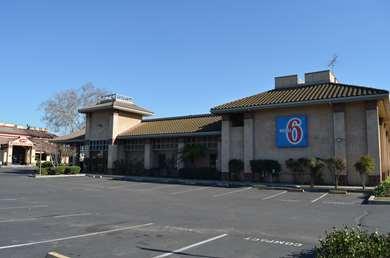 Pet Friendly Motel 6 Oakdale in Oakdale, California