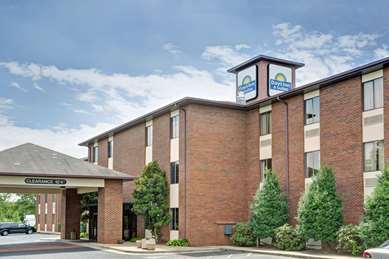 Pet Friendly Days Inn & Suites Hickory in Hickory, North Carolina