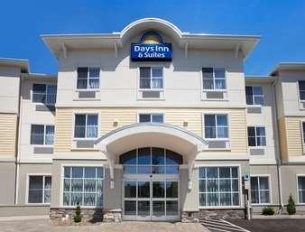 Pet Friendly Days Inn & Suites Altoona in Altoona, Pennsylvania